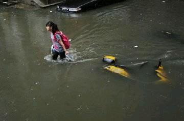 郭敬明骑电动车溺水 小学生见死不救 中国教育令人堪忧