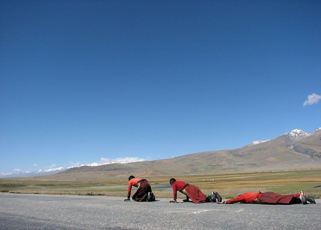 问:走在路上不小心摔了一跤,怎么做显得不这么尴尬?神回:一路磕头去西藏。。。。去西藏。 求小伙伴们的神回。