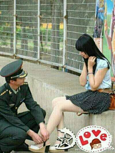 """村长家闺女感慨地对二妮儿说:""""我非当兵的不嫁,而且非等他复员后才嫁。""""二妮儿不解地问:""""为什么?""""""""因为他在军队中学会了洗衣服,缝衣服而最主要的是学会了服从命令。""""送儿子当兵去!"""
