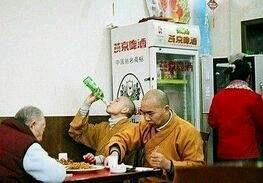"""三人在喝酒,已经有两人喝醉了,老板见状好心过去劝说:""""先生,酒喝多了伤身,要不改天再来?""""""""谢谢老板,以前喝酒,酒店老板巴不得我们多喝点,还是你心肠好!""""老板说:""""过奖了,一会你们要都喝醉了我找谁结账啊?"""""""