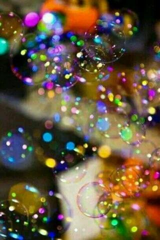 爱情本身就是泡沫,浪漫的人看到的是五彩缤纷的美丽,现实的人只会觉得它是不堪一击的东西。  心态、决定心情