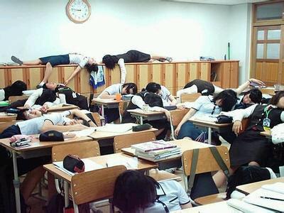 """上学的时候,老师正在讲课, 看到强哥和狗剩枕着书睡觉。 老师把那个狗剩拉起来骂道:"""" 熊孩子!你这个不思上进的家伙, 一看书就睡觉, 你看人家强哥连睡觉也在看书!下午让你爹来学校一趟!"""""""