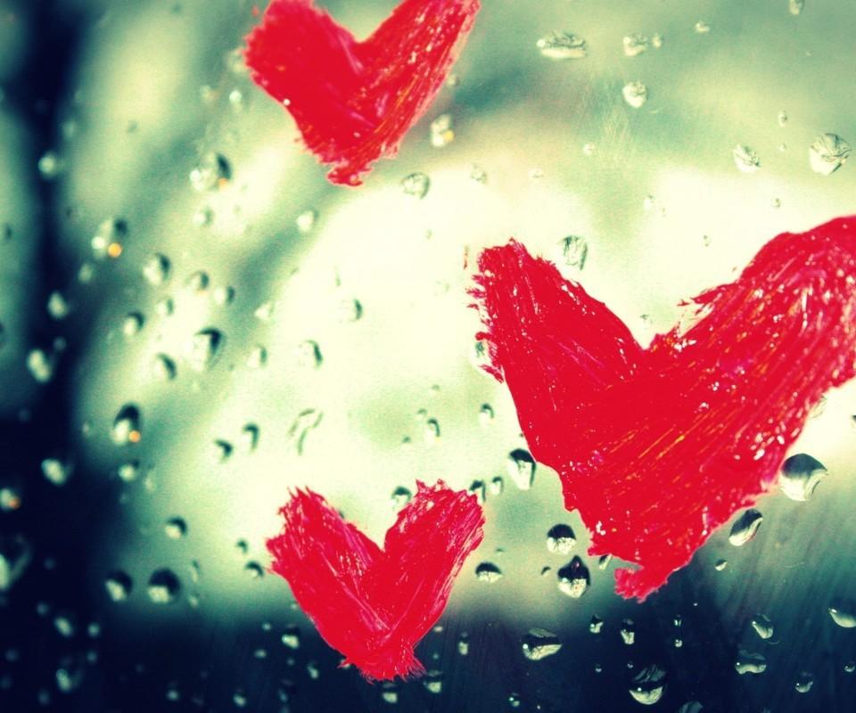 想念一个人,不需要语言,却需要的勇气。当你看着路上熙熙攘攘的人,独自品味孤独的时候;当你静坐一隅,默默的感受心里那份惆怅的时候。你会感悟,想一个人会多么寂寞,念一个人会多么心痛,想念一个人的夜会多么寒冷。想念一个人有时也许会面带微笑,但你的心却会流泪。。