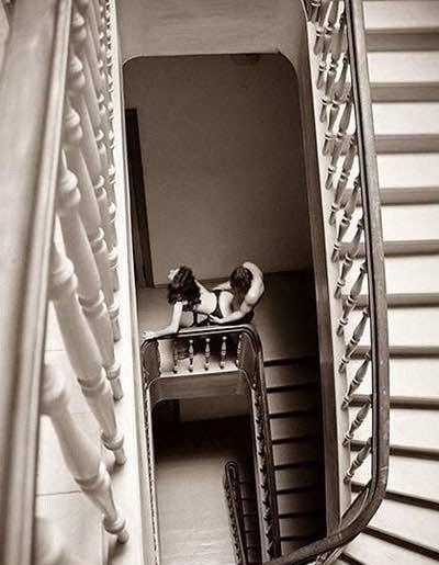 下楼时看到了不该看的东西。。。