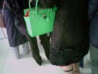 这包上的锁有神马用??包旁边的空还那么大?!?!?!