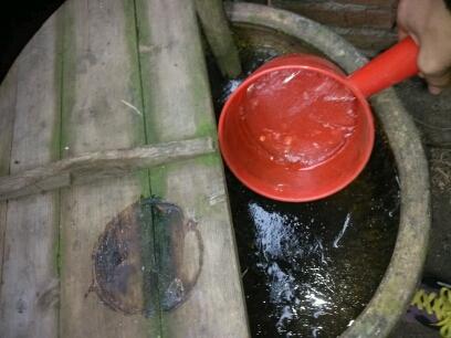 大春天的,冷到家里的水缸都冰上了!你就我怎么打水冲厕所~~