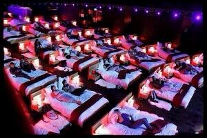 这个电影院好吧,都是躺着看的
