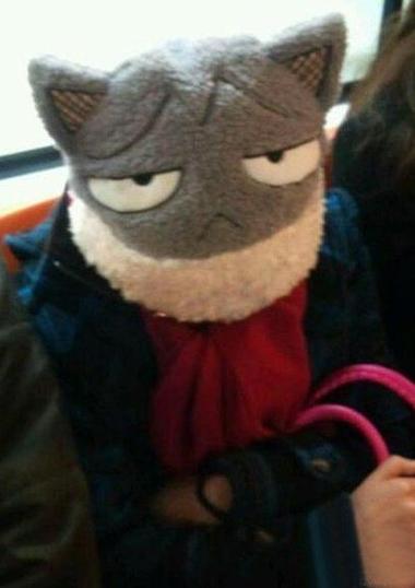 在地铁上,这帽子一直瞅着我
