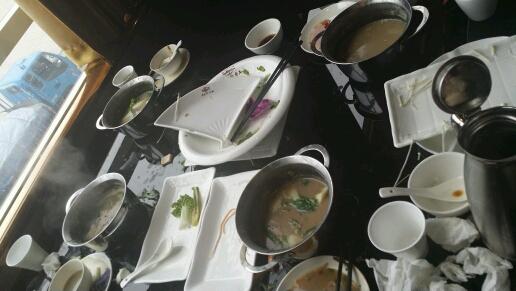 服务员端了一壶没说是什么,我们都以为是火锅汤,结果边吃边倒,服务员结账时说那壶豆浆是免费的,我们才恍然大悟,居然吃到最后都没感觉!!!奇葩的我们