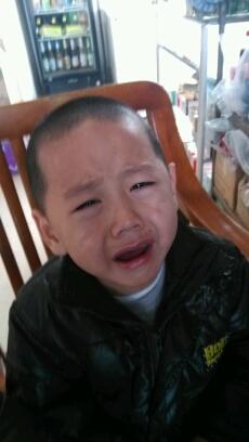小子你哭的这么伤心!你妈知道吗!