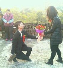 你们的求婚都弱爆了,看看哥们的求婚,