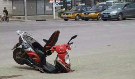 玩天天酷跑的后遗症就是,骑个电动车在路上,遇到个水沟总以为能蹦过去,结果……唉……不说了!先把电动车扶起来先。 [流泪][流泪]