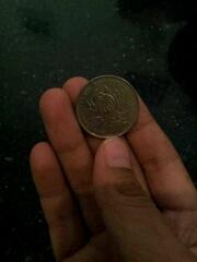 小明看见前面有个硬币,就想弯下腰捡。左右前后看了一下,只看见后面站着个男人,觉得没什么就去捡。当小明弯着要看了硬币背面的菊花就……后面的男人淫笑一声冲了上去……
