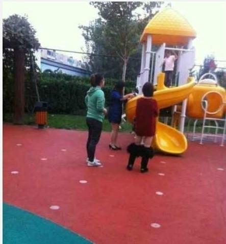 今天在幼儿园看见一个穿棉靴的女人,我以为她把裤子脱了呢!