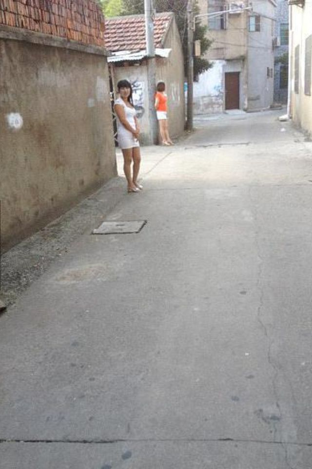 每天都会发现他们站在巷口! 难道你们没工作吗?