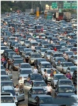 """这世界最浪漫的事情,就是国庆在高速公路看堵车,看高速公路变身""""龟速公路"""",最后成了免费停车场。还有,女士们,到高速路去相亲吧:从车看财产,从态度看性格,从憋尿时间看肾功能。"""