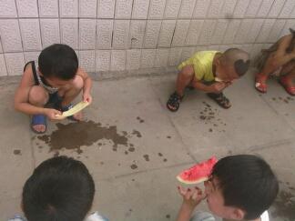 幼儿园小朋友吃西瓜,,这,,,太节省了吧