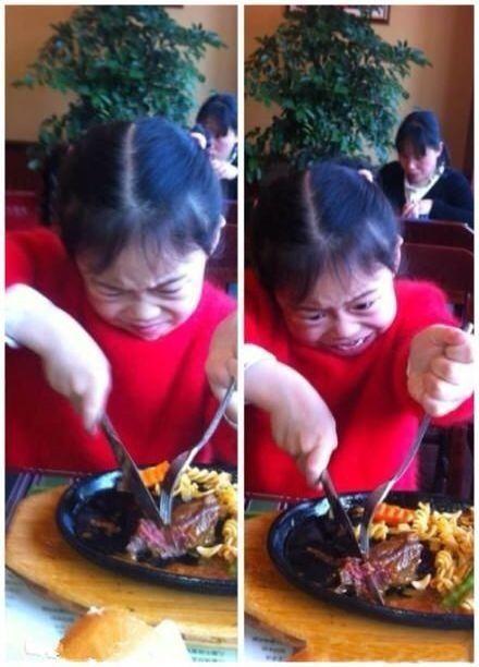 吃个牛排那么费劲!你怎么不上桌呢,干脆用脚踩住往上拉呀!