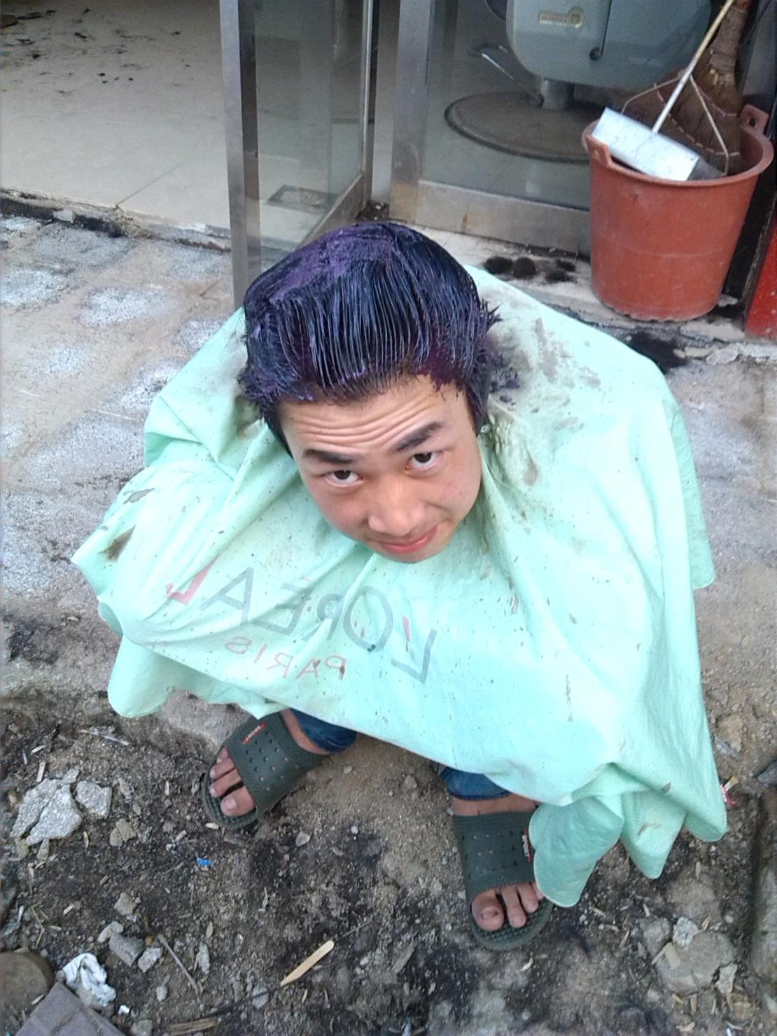 今天给朋友染发,于是去门口给他拍了张照片。