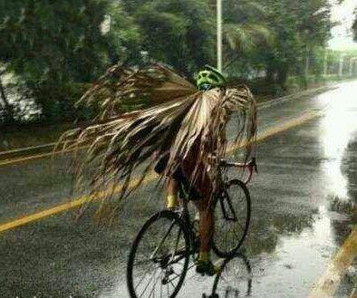 这样的精神难得! 骑行俱乐部的犀利哥, 冒雨没带雨衣,就弄这么个行头雨中行。