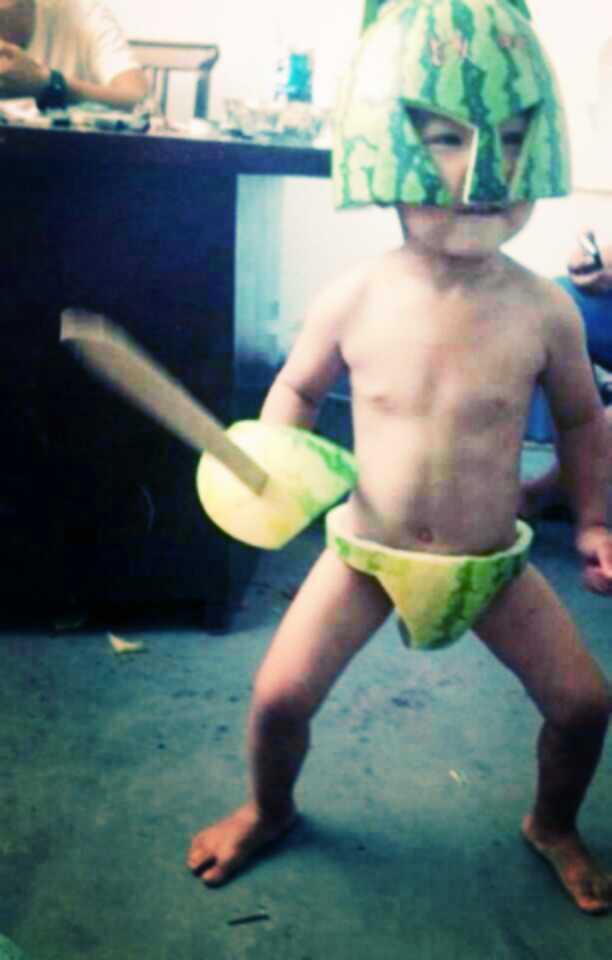 谁家孩子,吃西瓜。吃成西瓜太郎