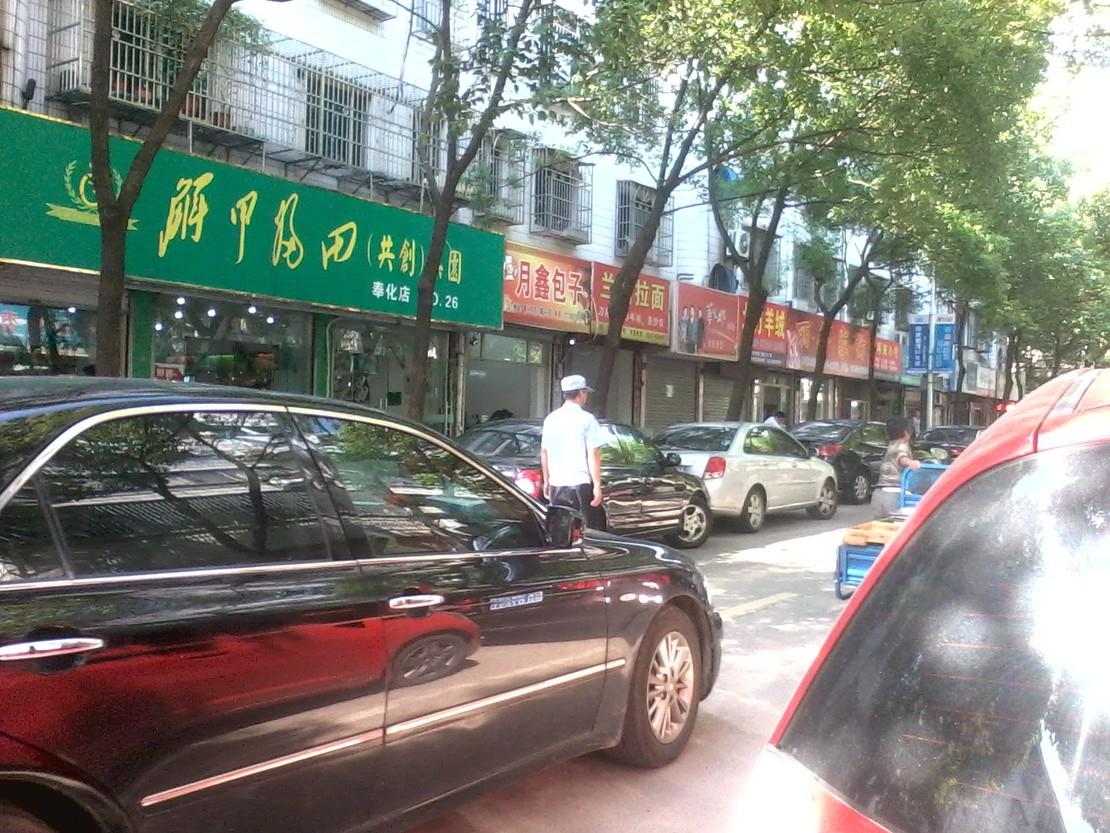城管把摊贩追赶一百米,不让人摆摊难道不能在这里散步?摊贩无奈被赶到其他地方。