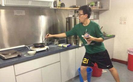 这就是每一个学做饭的人贪生怕死的写照......哈哈,我也怕溅起来油....