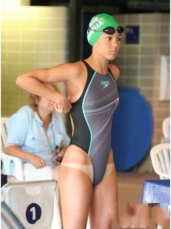 爱晒日光浴的游泳队员真伤不起