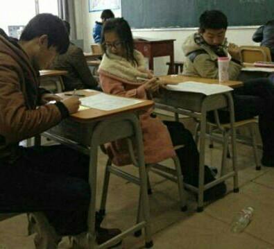 - 在考试的时候这种场面突然感到好温馨,好和谐。
