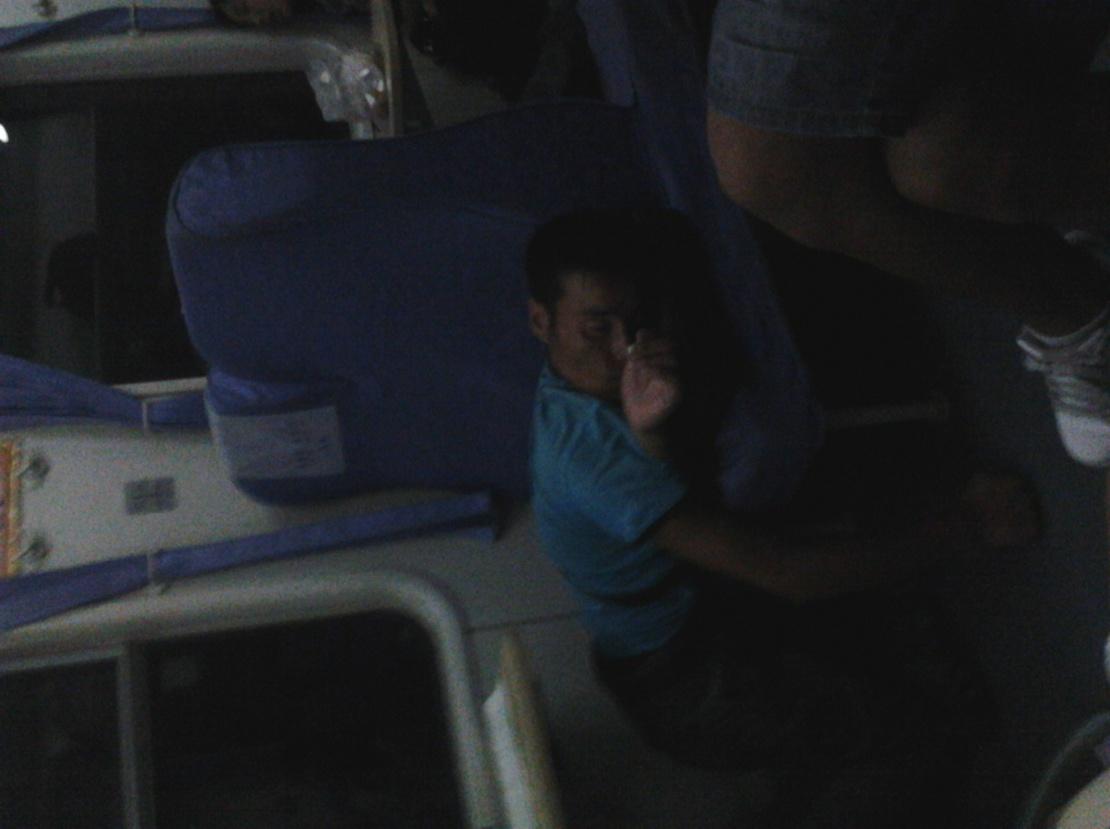 火车上看到的。小伙子你是有d多累啊