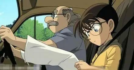 还以为柯楠在用脚开车… 小子报纸看傻了…