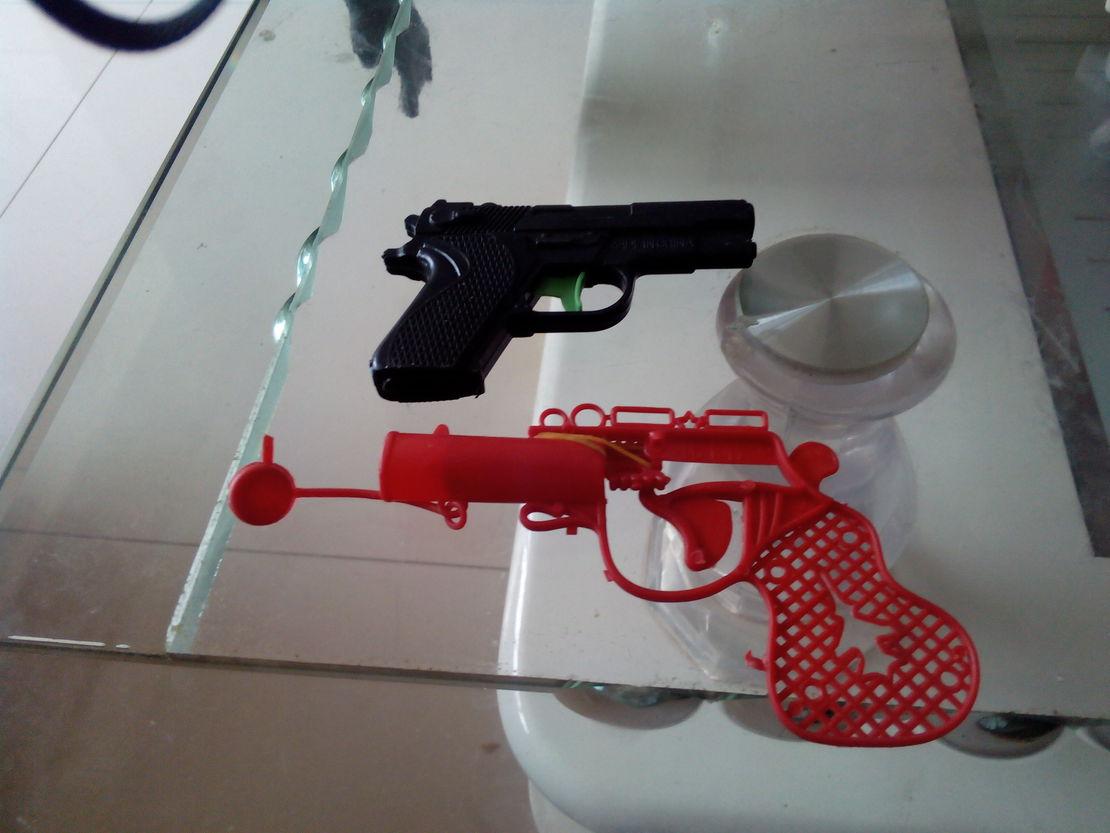 抢劫银行必备武器。你一把,他一把,我掩护你们。抓紧时间快上。