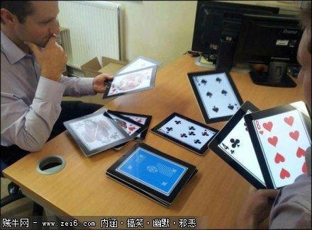 这是高富帅,用IPAD打扑克