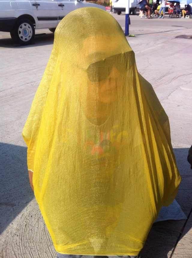 天气太热,而且虫子多,我穿个黄衣服,让虫子都在外面,啊哈哈哈…