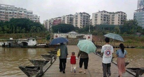 祖孙三在散步,他们好像忘了点什么,