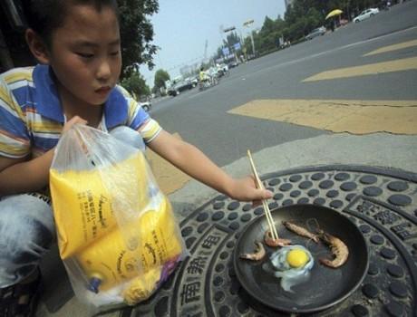 太让我震惊了!  山东济南,一个男孩演示如何在井盖上用煎锅煎鸡蛋和虾!