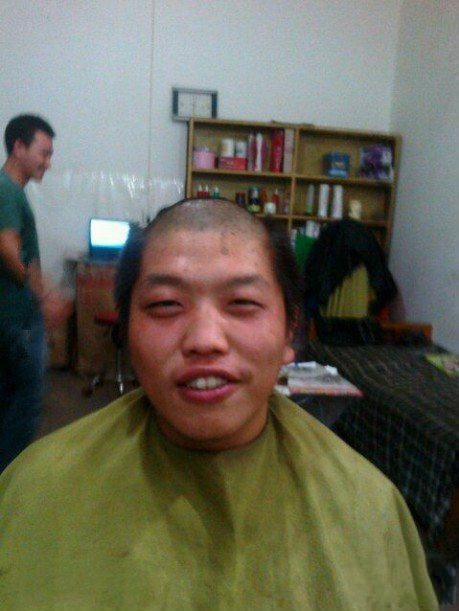 介尼玛熊孩子,他给你理成这样的头发你还笑的出来!
