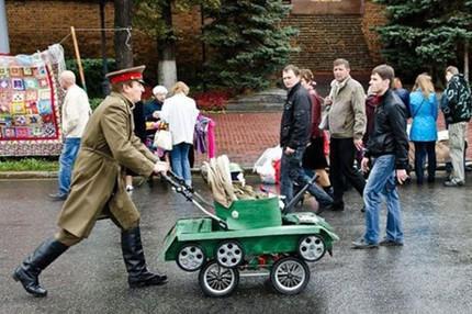 职业军人就是不一样,婴儿车都这么与众