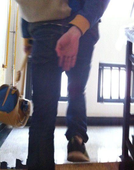 爸爸走楼梯时的惯用姿势,不知道他以前到底遭遇过什么!