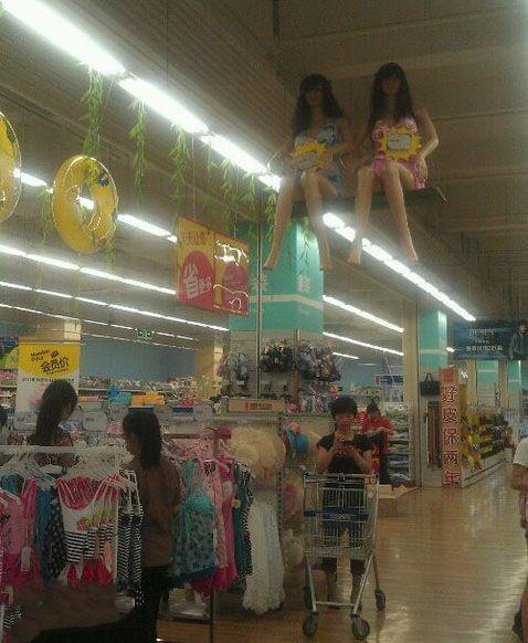 上超市买东西,一抬头吓尼玛一跳。。。