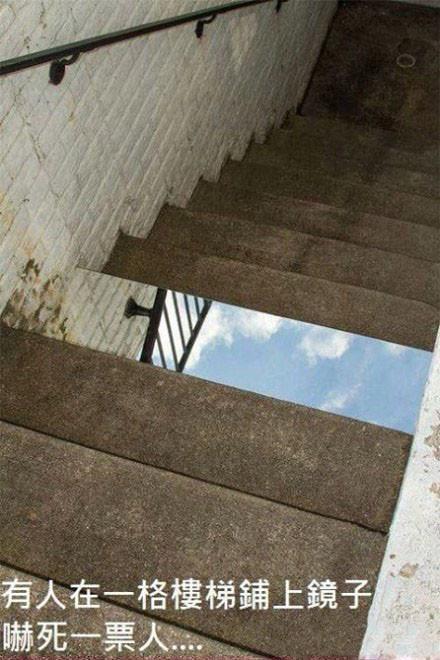 谁他妈往楼梯上铺了面镜子。。。哈哈哈哈哈哈