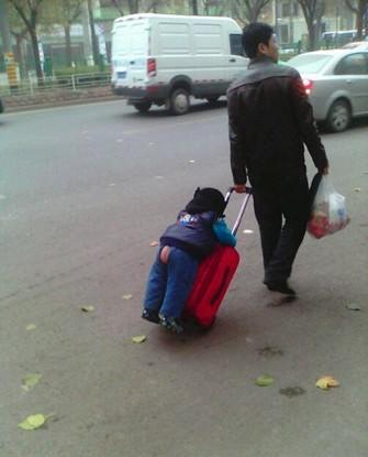 那天在街上看到一奇葩父子,各种汗!!千万别让男人带小孩~~  - - ! @屌丝控