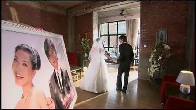 看结婚照…………那女的……