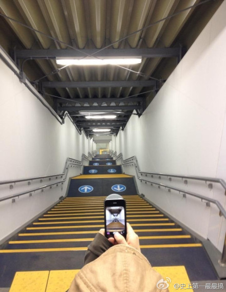 东京某地铁站入口,深渊啊!!我快得下楼梯恐惧症了!!