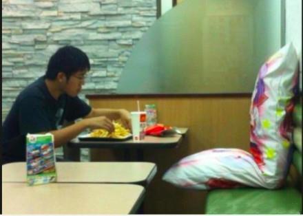 宅男和女朋友一起吃麦当劳,好温馨....