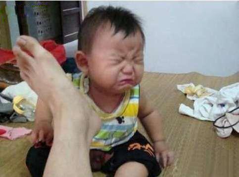 爸拿开你的臭脚吧,我再也不敢不听话了!