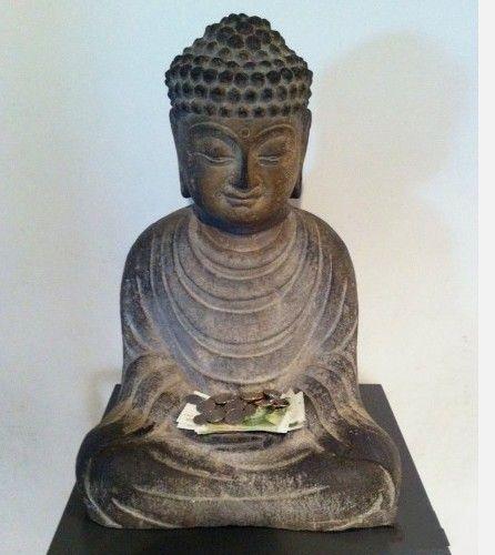 """苏州博物馆走廊拐角处的一个小佛爷 被佛爷那苦涩又嫌弃的表情笑毙了。佛爷:""""真是的,非塞给我。虽然坐在过道但我是在打坐不是在卖艺啊。幸好没像许多寺庙那样把抱着琵琶的持国天王摆我旁边,否则就更像唱曲卖艺的了。"""""""
