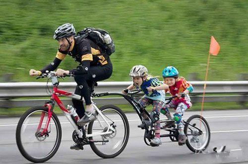 好欢乐的骑行一家人