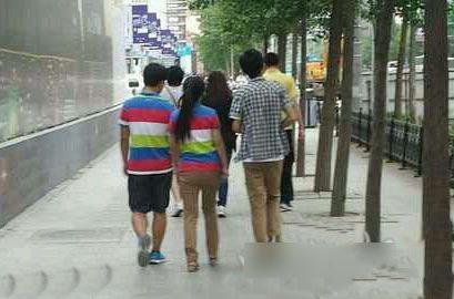 左边情侣装,右边情侣裤,什么情况?