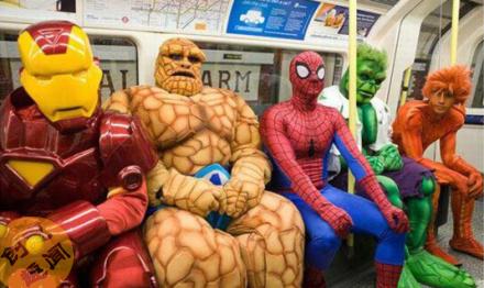 看什么看,没见过坐地铁的么